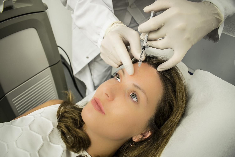 Botox - Dr. Michael Sigmund Hautarzt in Salzburg fürht Botoxbehandlung an Patientin durch