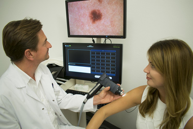 Hautkrebsvorsorge / Muttermalvorsorge Untersuchung bei Dr. Michael Sigmund , Hautarzt in Salzburg